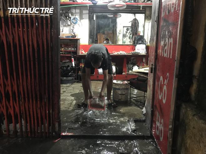 Hà Nội: Sau cơn mưa lớn, người dân lại vật vã tát nước từ trong nhà ra đường - Ảnh 8.