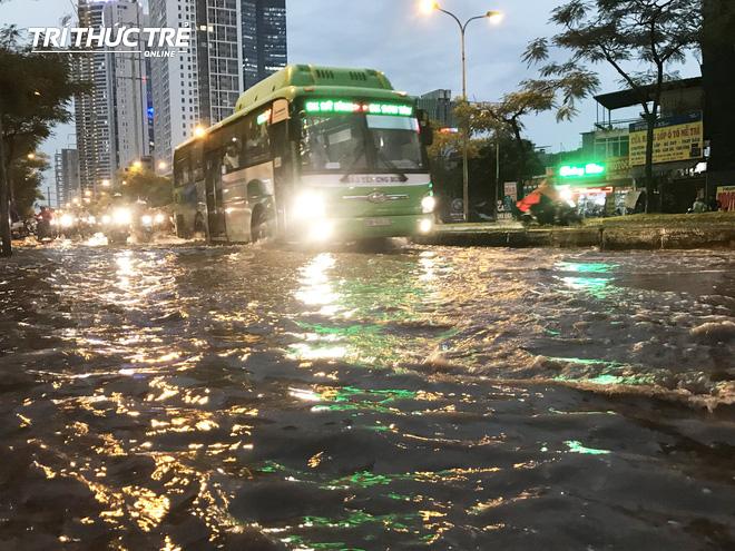 Hà Nội: Sau cơn mưa lớn, người dân lại vật vã tát nước từ trong nhà ra đường - Ảnh 2.