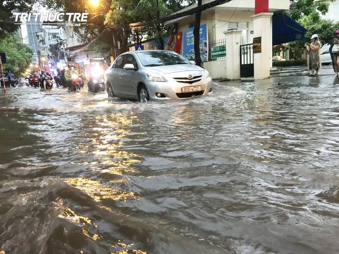 Hà Nội: Sau cơn mưa lớn, người dân lại vật vã tát nước từ trong nhà ra đường - Ảnh 3.