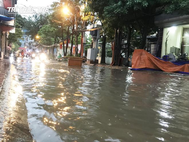 Hà Nội: Sau cơn mưa lớn, người dân lại vật vã tát nước từ trong nhà ra đường - Ảnh 4.