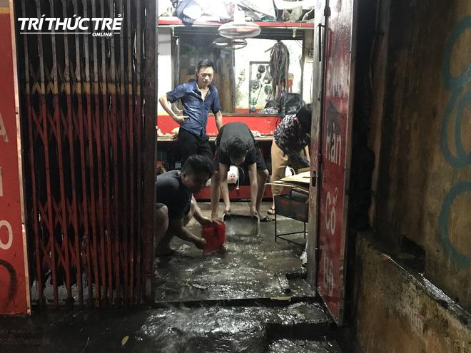 Hà Nội: Sau cơn mưa lớn, người dân lại vật vã tát nước từ trong nhà ra đường - Ảnh 9.