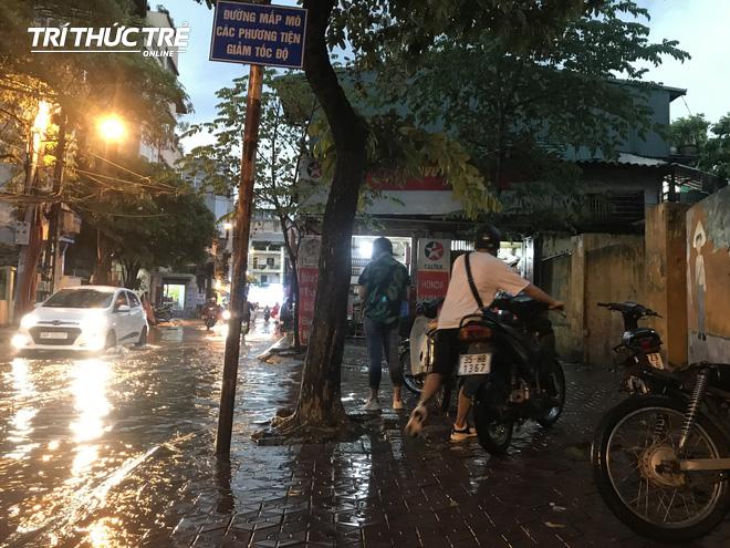 Hà Nội: Sau cơn mưa lớn, người dân lại vật vã tát nước từ trong nhà ra đường - Ảnh 10.