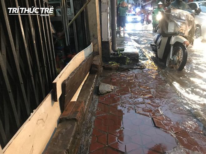 Hà Nội: Sau cơn mưa lớn, người dân lại vật vã tát nước từ trong nhà ra đường - Ảnh 6.