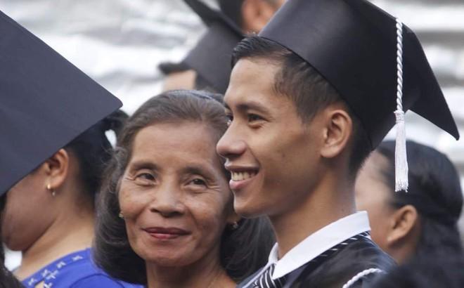 Tấm ảnh ghi lại khoảnh khắc đẹp trong ngày tốt nghiệp khiến dân mạng bùi ngùi: Thì ra nụ cười của mẹ lại đẹp đến thế!