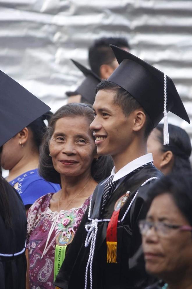 Tấm ảnh ghi lại khoảnh khắc đẹp trong ngày tốt nghiệp khiến dân mạng bùi ngùi: Thì ra nụ cười của mẹ lại đẹp đến thế! - Ảnh 1.
