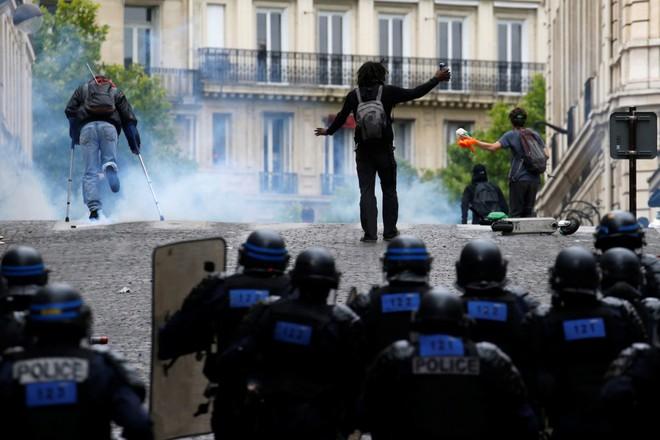 Ngày Quốc khánh không yên ả với Tổng thống Pháp - Ảnh 3.
