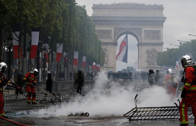 Ngày Quốc khánh không yên ả với Tổng thống Pháp - Ảnh 4.
