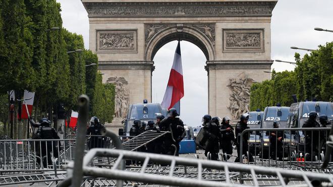 Ngày Quốc khánh không yên ả với Tổng thống Pháp - Ảnh 5.