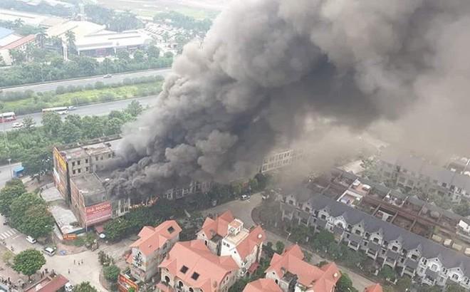 Hà Nội: Cháy lớn tại khu đô thị liền kề Thiên Đường Bảo Sơn, khói bốc cao hàng trăm mét