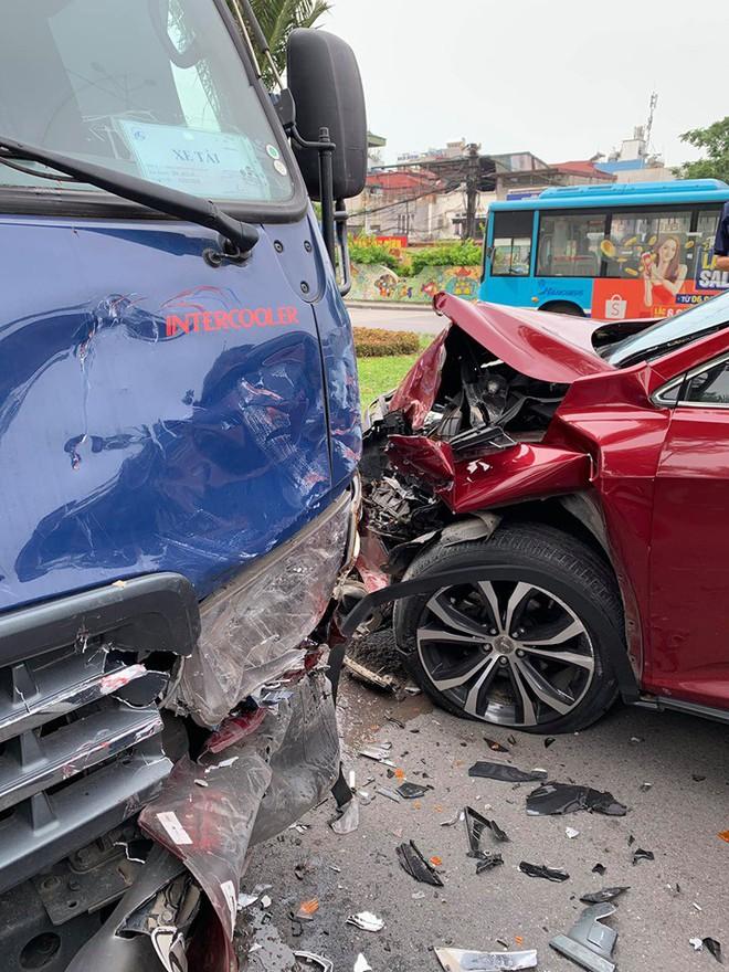 Hiện trường vụ Lexus tiền tỷ nát đầu, bung túi khí khi đối đầu xe bồn ở Hà Nội - ảnh 1