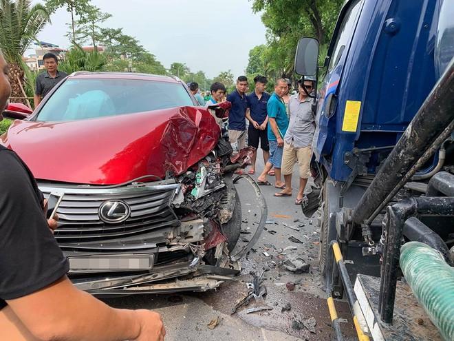 Hiện trường vụ Lexus tiền tỷ nát đầu, bung túi khí khi đối đầu xe bồn ở Hà Nội - ảnh 2