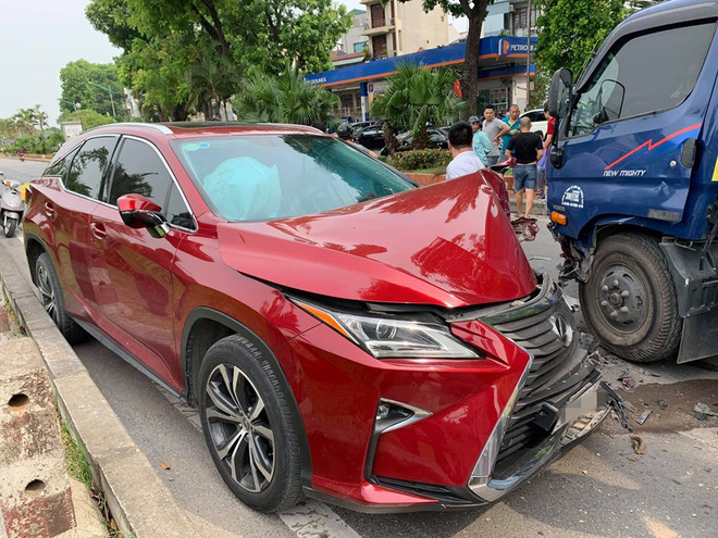 Hiện trường vụ Lexus tiền tỷ nát đầu, bung túi khí khi đối đầu xe bồn ở Hà Nội - ảnh 3