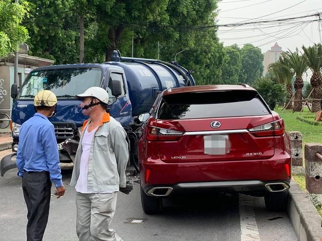 Hiện trường vụ Lexus tiền tỷ nát đầu, bung túi khí khi đối đầu xe bồn ở Hà Nội - ảnh 4