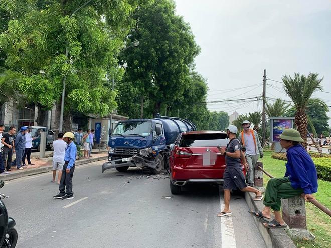 Hiện trường vụ Lexus tiền tỷ nát đầu, bung túi khí khi đối đầu xe bồn ở Hà Nội - ảnh 5