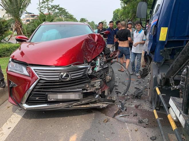 Hiện trường vụ Lexus tiền tỷ nát đầu, bung túi khí khi đối đầu xe bồn ở Hà Nội - ảnh 6