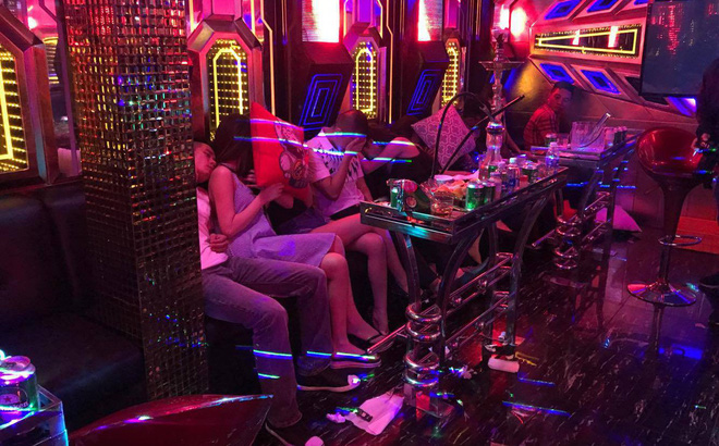 """Thiếu niên 16 tuổi """"gạ"""" bán bạn gái cho hàng loạt quán karaoke ở Hà Nội"""