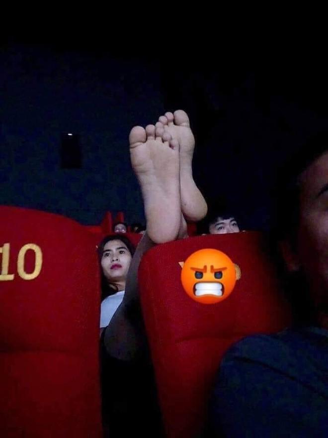 Cô gái vô tư gác chân lên đầu của người ngồi phía trước trong rạp chiếu phim, dân mạng thi nhau hiến kế trừng trị - Ảnh 1.