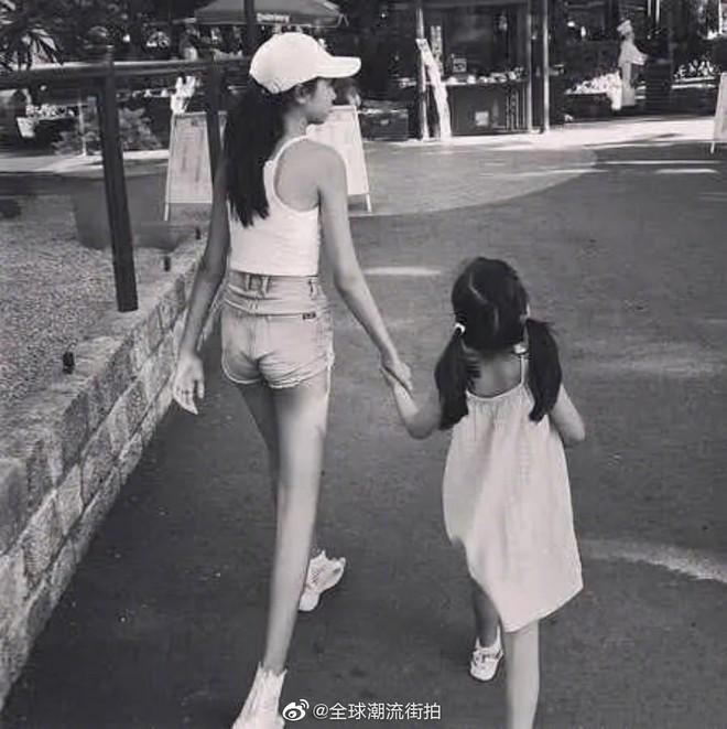 Kiều nữ 14 tuổi nhà ông hoàng phim 18+ Hong Kong gây sốt: Cao 1m8, chân dài miên man không có đối thủ - Ảnh 7.