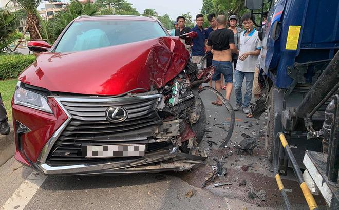 Hà Nội: Xe sang Lexus nát 1 bên đầu sau cú đâm xe bồn