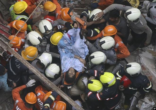 24h qua ảnh: Người đàn ông ngồi bán rau trên dòng nước đục ngầu do lụt lội - Ảnh 4.