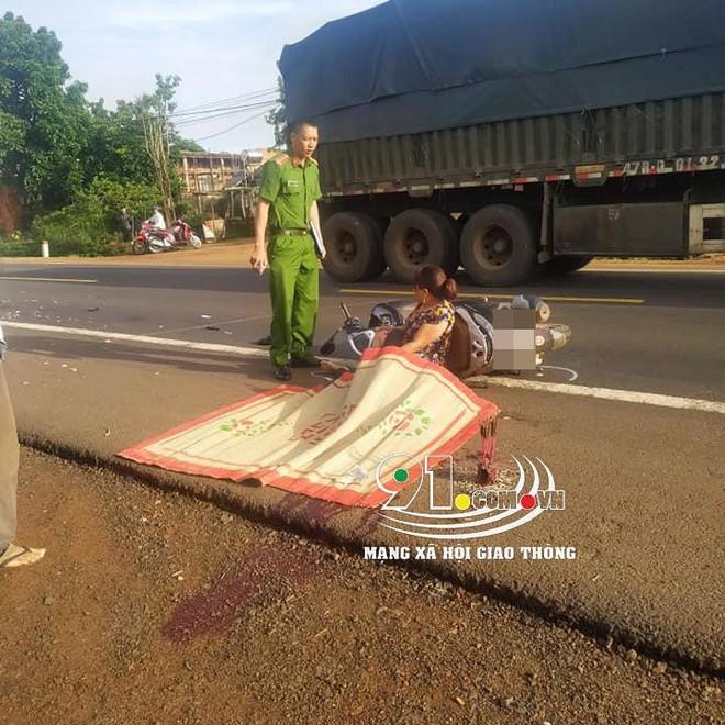 Clip: Chồng bị xe tải cán tử vong, vợ gục xuống đường khóc thảm thiết - ảnh 2