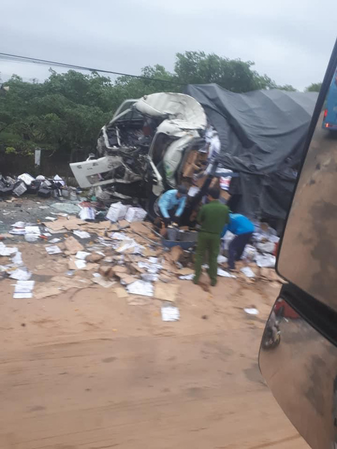 Clip: Hiện trường xe khách đối đầu xe tải khiến cả 2 tài xế tử vong, nhiều người bị thương - Ảnh 3.