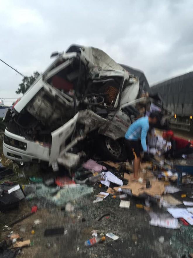 Clip: Hiện trường xe khách đối đầu xe tải khiến cả 2 tài xế tử vong, nhiều người bị thương - Ảnh 4.