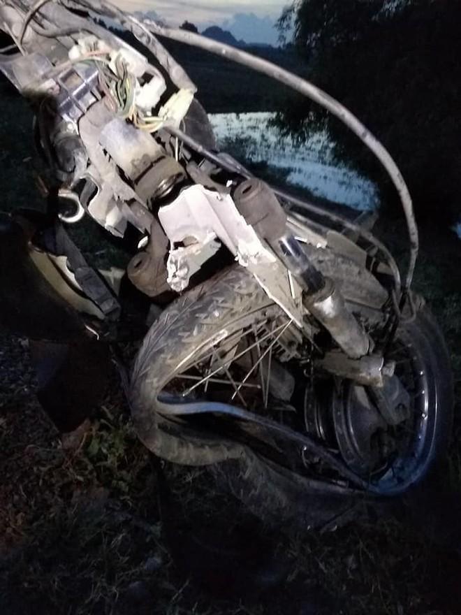 Trụ bê tông mọc giữa đường khiến xe máy không kịp tránh, gây nên tai nạn bất ngờ - Ảnh 2.