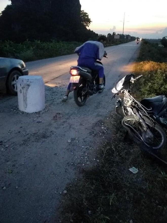 Trụ bê tông mọc giữa đường khiến xe máy không kịp tránh, gây nên tai nạn bất ngờ - Ảnh 3.