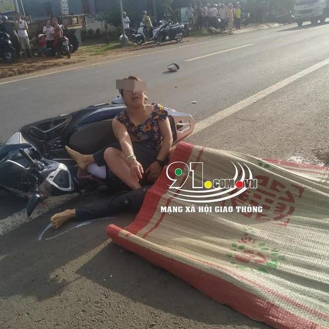 Clip: Chồng bị xe tải cán tử vong, vợ gục xuống đường khóc thảm thiết - ảnh 1