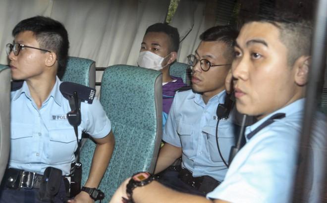 """Hong Kong: Cắn đứt ngón tay cảnh sát, người biểu tình bị lên án """"vô pháp và độc ác"""""""