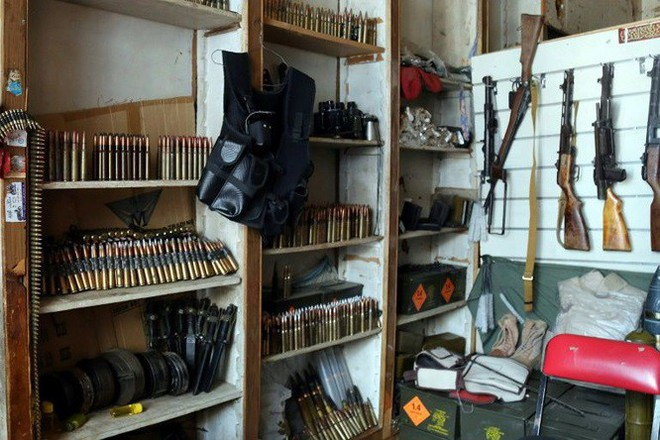 Chiến sự Yemen: Chợ truyền thống biến thành chợ súng đạn - Ảnh 1.