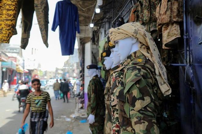 Chiến sự Yemen: Chợ truyền thống biến thành chợ súng đạn - Ảnh 3.