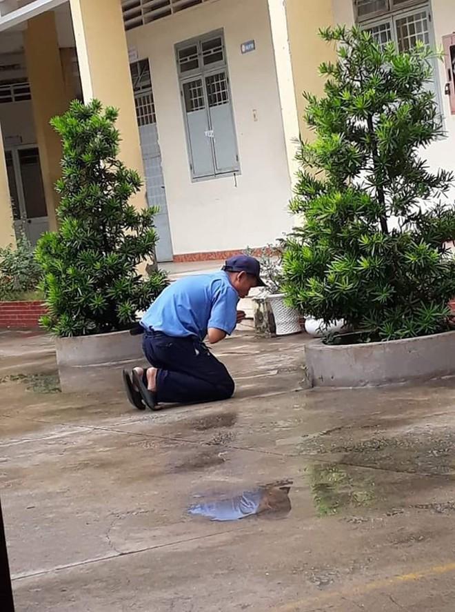 Quỳ ở một góc sân trường cầu cho học sinh đỗ tốt nghiệp 100%, bác bảo vệ dễ thương nhất năm là đây - ảnh 1
