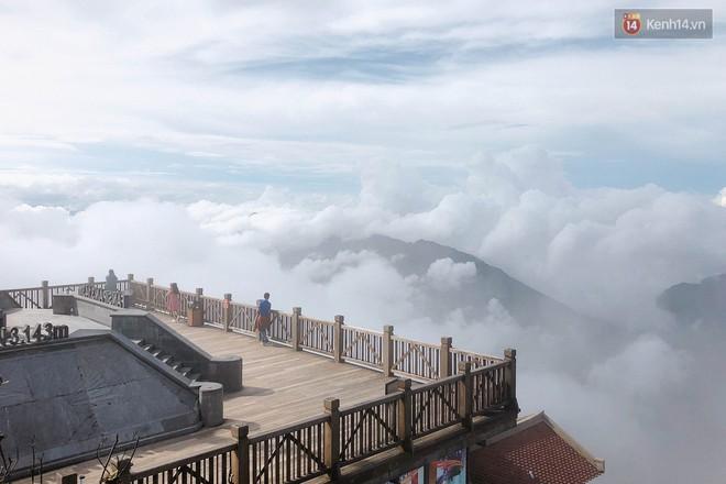 """Chi chít vết khắc tên và """"lời yêu thương"""" trên đỉnh Fansipan (Sapa), tại sao đi du lịch cứ phải để lại """"dấu vết""""? - ảnh 23"""