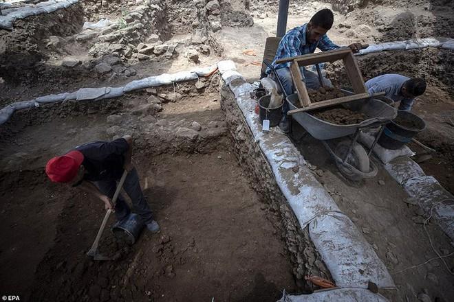 Làm đường, đào trúng thành phố ma đầy mộ cổ và vũ khí - Ảnh 7.