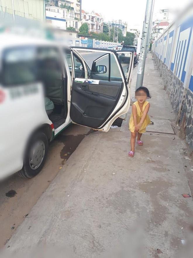 Cô bé nô đùa bên đường và câu nói vọng ra từ taxi của tài xế khiến người đi đường sững lại - Ảnh 1.