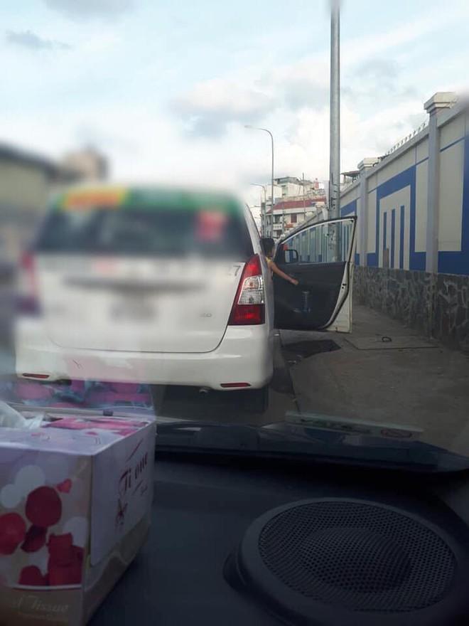 Cô bé nô đùa bên đường và câu nói vọng ra từ taxi của tài xế khiến người đi đường sững lại - Ảnh 2.