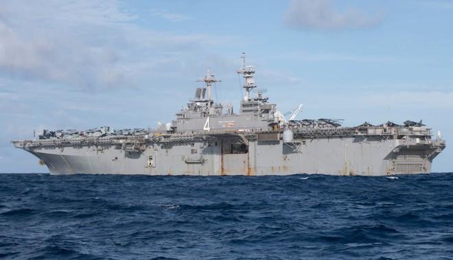 Hải quân Mỹ tung lực lượng truy đuổi trực thăng và tàu chiến Iran - Siêu tàu đổ bộ Boxer bị trêu ngươi - Ảnh 2.
