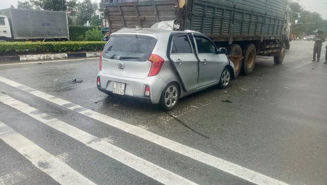 Xe con tông mạnh vào đuôi xe tải, tài xế tử vong kẹt trong xe - Ảnh 2.