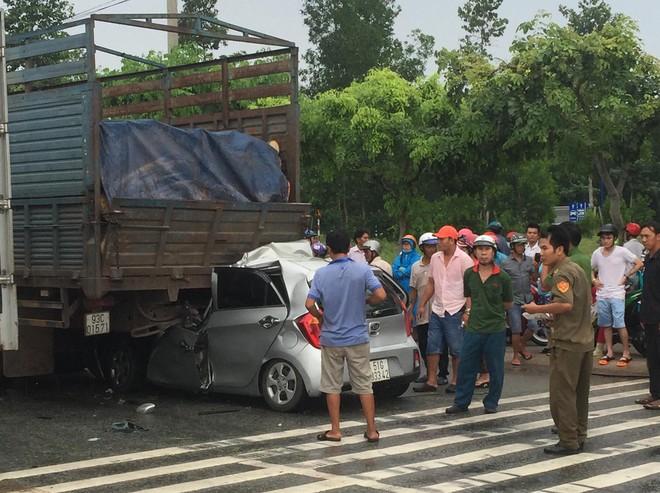 Xe con tông mạnh vào đuôi xe tải, tài xế tử vong kẹt trong xe - Ảnh 1.