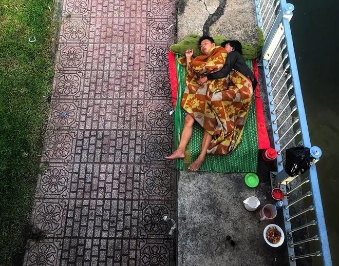 Khoảnh khắc đôi vợ chồng vô gia cư ôm nhau ngủ dưới cầu ở Sài Gòn khiến ai qua cũng dừng lại - ảnh 4
