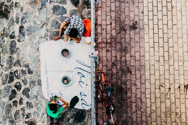 Khoảnh khắc đôi vợ chồng vô gia cư ôm nhau ngủ dưới cầu ở Sài Gòn khiến ai qua cũng dừng lại - ảnh 3