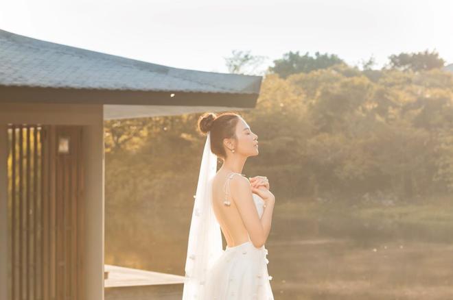 Clip cưới của Cường Đô La và Đàm Thu Trang: Khoá môi cực ngọt, nắm tay đi khắp thế gian bằng siêu xe - Ảnh 2.