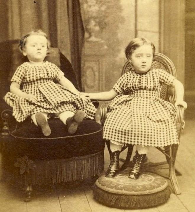 Chi tiết rùng rợn đằng sau bức ảnh gia đình và trào lưu chụp ảnh lạ lùng nhưng cực nổi tiếng ở Anh từ thời Nữ hoàng Victoria - Ảnh 2.