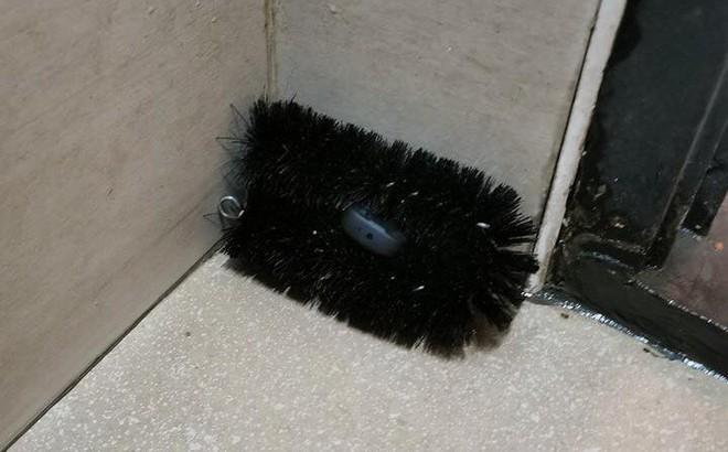 Sốc: Phát hiện camera quay lén giấu trong bàn chải cọ toilet, chị em cần hết sức cẩn trọng khi đi vệ sinh ở chỗ lạ