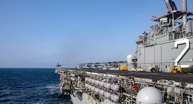 Hải quân Mỹ tung lực lượng truy đuổi trực thăng và tàu chiến Iran - Siêu tàu đổ bộ Boxer bị trêu ngươi - Ảnh 3.