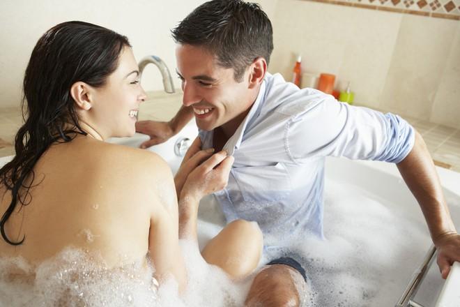 Ham dùng thứ này để đổi mới chuyện ấy ngay khi tắm, chị em dở khóc dở cười cầu cứu chuyên gia - Ảnh 2.