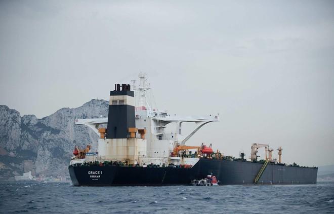 Hải quân Mỹ tung lực lượng truy đuổi trực thăng và tàu chiến Iran - Siêu tàu đổ bộ Boxer bị trêu ngươi - Ảnh 1.