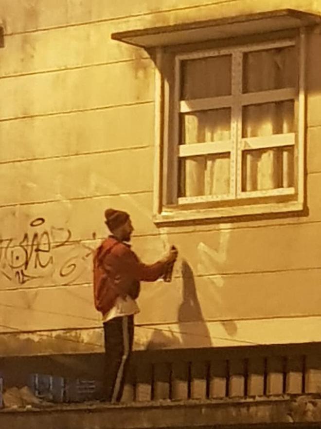 Dân mạng phẫn nộ truy tìm danh tính 2 người đàn ông ngoại quốc lén lút dùng sơn vẽ lên tường ở Đà Lạt lúc sáng sớm - Ảnh 1.